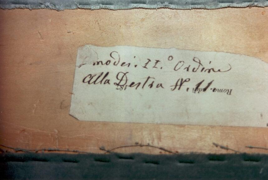 Homodei - Nel corso dei restauri ultimati nel 1994, sollevando la tavola posta sul parapetto, è stata scoperta questa scritta indicante il numero del palco ed il proprietario. L'informazione è databile tra gli anni 1876 e 1882.