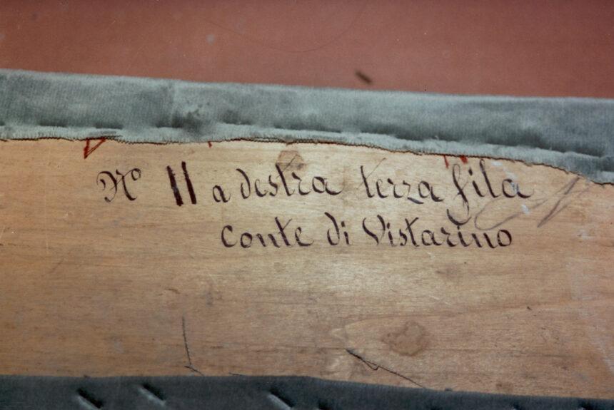 Conte di Vistarino - Nel corso dei restauri ultimati nel 1994, sollevando la tavola posta sul parapetto, è stata scoperta questa scritta indicante il numero del palco ed il proprietario. L'informazione è databile tra gli anni 1876 e 1882.