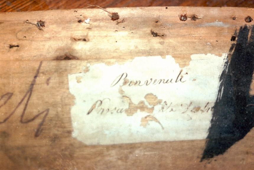 Benvenuti - Nel corso dei restauri ultimati nel 1994, sollevando la tavola posta sul parapetto, è stata scoperta questa scritta indicante il numero del palco ed il proprietario. L'informazione è databile tra gli anni 1876 e 1882.