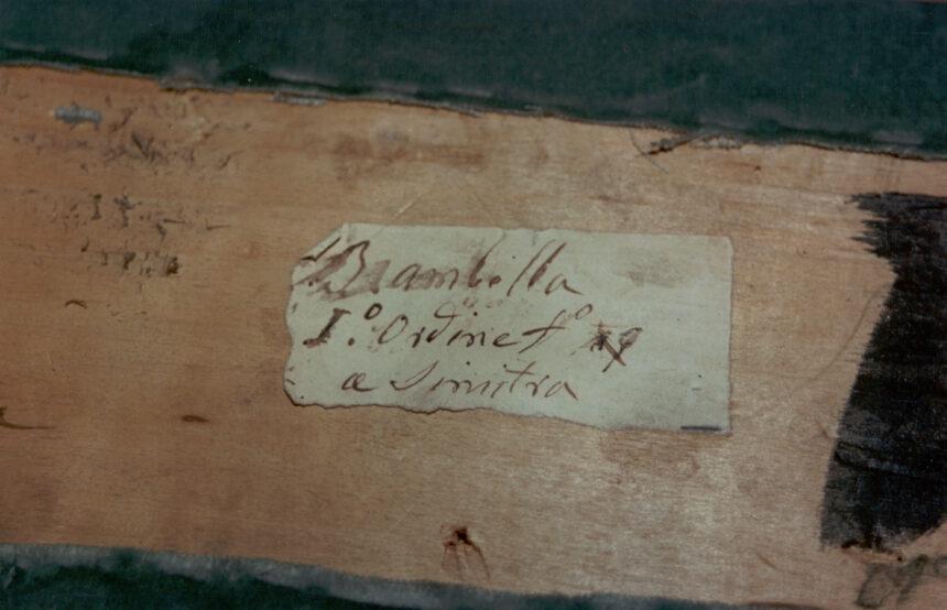 Brambilla - Nel corso dei restauri ultimati nel 1994, sollevando la tavola posta sul parapetto, è stata scoperta questa scritta indicante il numero del palco ed il proprietario. L'informazione è databile tra gli anni 1876 e 1882.