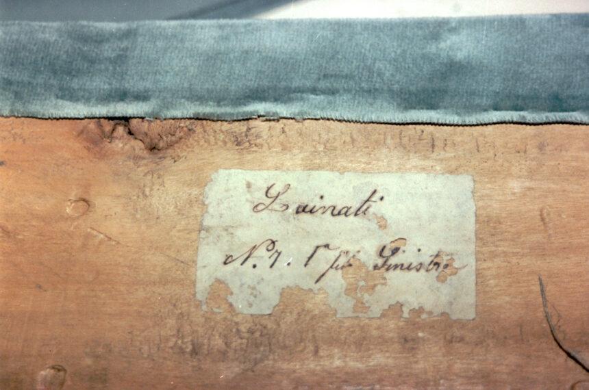 Lainati - Nel corso dei restauri ultimati nel 1994, sollevando la tavola posta sul parapetto, è stata scoperta questa scritta indicante il numero del palco ed il proprietario. L'informazione è databile tra gli anni 1876 e 1882.