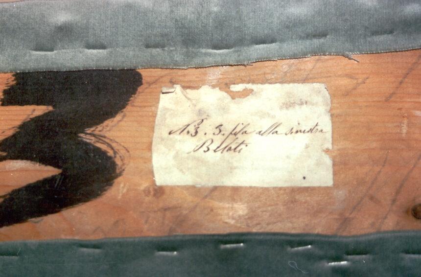 Bellati - Nel corso dei restauri ultimati nel 1994, sollevando la tavola posta sul parapetto, è stata scoperta questa scritta indicante il numero del palco ed il proprietario. L'informazione è databile tra gli anni 1876 e 1882.