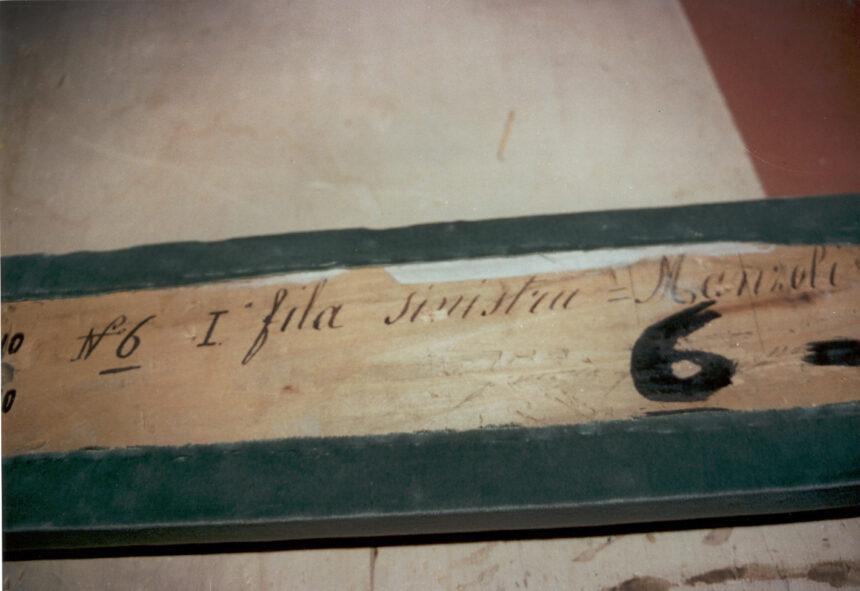 Manzoli - Nel corso dei restauri ultimati nel 1994, sollevando la tavola posta sul parapetto, è stata scoperta questa scritta indicante il numero del palco ed il proprietario. L'informazione è databile tra gli anni 1876 e 1882.