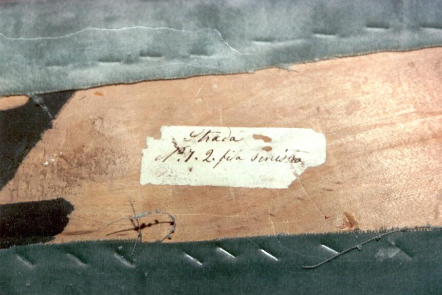 Strada - Nel corso dei restauri ultimati nel 1994, sollevando la tavola posta sul parapetto, è stata scoperta questa scritta indicante il numero del palco ed il proprietario. L'informazione è databile tra gli anni 1876 e 1882.