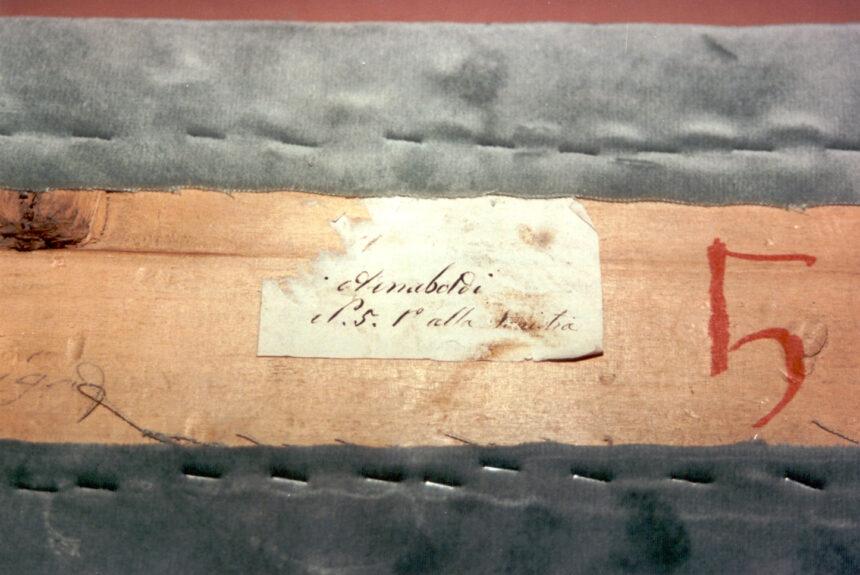Arnaboldi - Nel corso dei restauri ultimati nel 1994, sollevando la tavola posta sul parapetto, è stata scoperta questa scritta indicante il numero del palco ed il proprietario. L'informazione è databile tra gli anni 1876 e 1882.