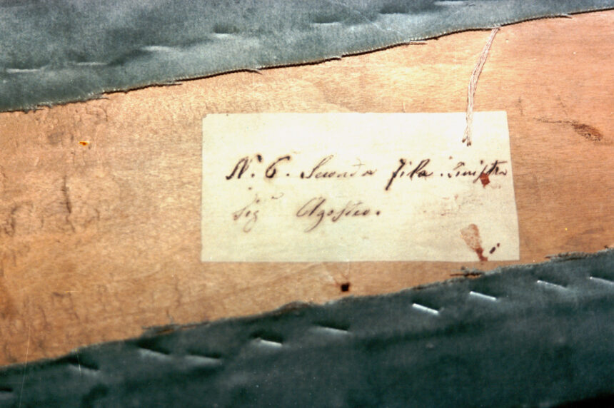 Agosteo - Nel corso dei restauri ultimati nel 1994, sollevando la tavola posta sul parapetto, è stata scoperta questa scritta indicante il numero del palco ed il proprietario. L'informazione è databile tra gli anni 1876 e 1882.
