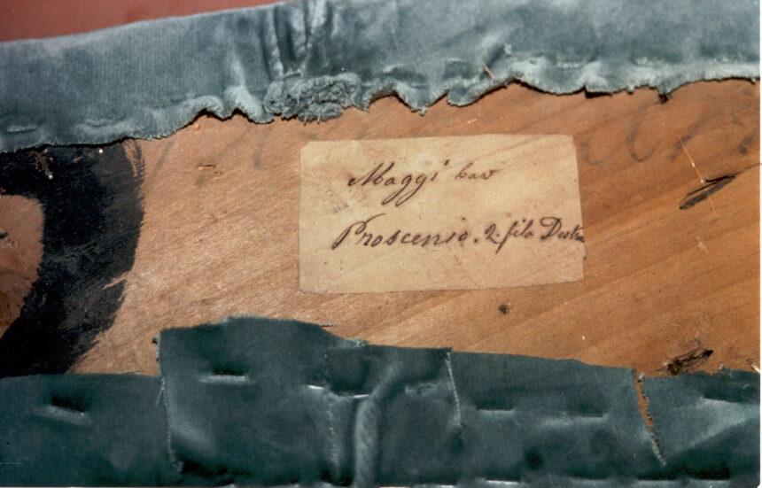 Maggi - Nel corso dei restauri ultimati nel 1994, sollevando la tavola posta sul parapetto, è stata scoperta questa scritta indicante il numero del palco ed il proprietario. L'informazione è databile tra gli anni 1876 e 1882.
